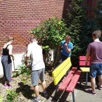 Maľovanie plotu pred budovou školy (9/9)